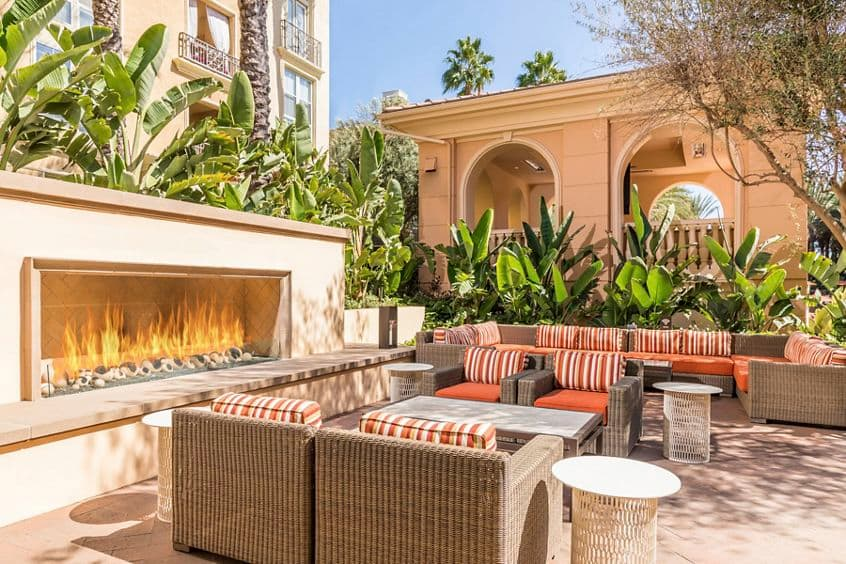 Exterior view of courtyard at Villa Siena Apartment Homes in Irvine, CA.