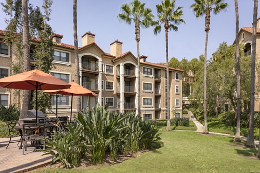 Exterior view of  courtyard at Monte Vista Apartment Homes in Mission Valley, CA.